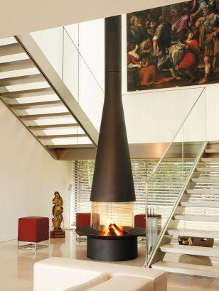 Cheminée design centrale Filiofocus vitré entourée par un escalier